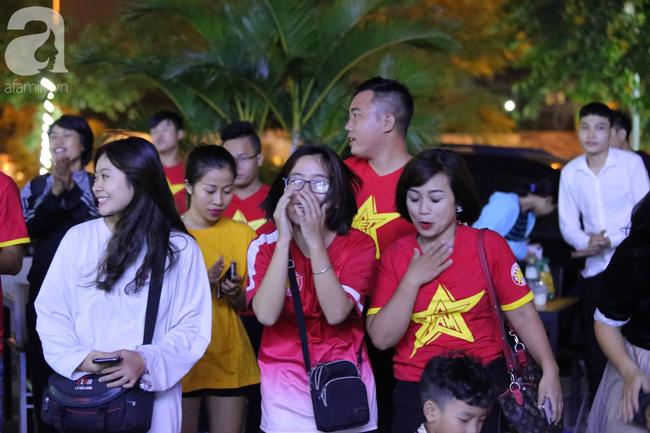 Hàng ngàn CĐV hồi hộp theo dõi, cháy hết mình cổ vũ đội tuyển Việt Nam đấu Indonesia - Ảnh 14.