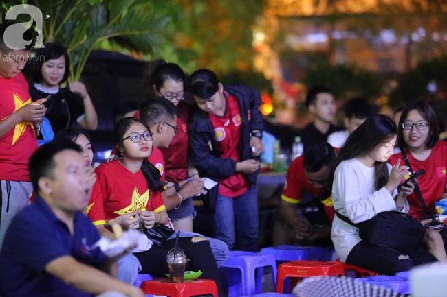 Hàng ngàn CĐV hồi hộp theo dõi, cháy hết mình cổ vũ đội tuyển Việt Nam đấu Indonesia - Ảnh 13.