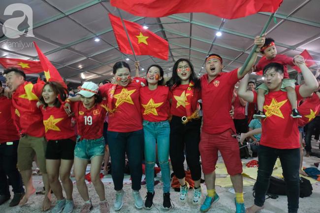 Hàng ngàn CĐV vỡ òa khi Duy Mạnh ghi bàn vào lưới Indonesia, Việt Nam dẫn trước 1-0 - Ảnh 8.