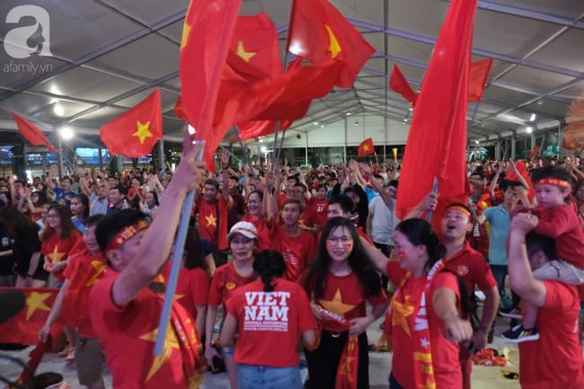 Hàng ngàn CĐV vỡ òa khi Duy Mạnh ghi bàn vào lưới Indonesia, Việt Nam dẫn trước 1-0 - Ảnh 7.