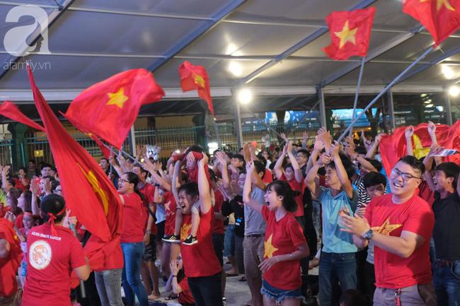 Hàng ngàn CĐV vỡ òa khi Duy Mạnh ghi bàn vào lưới Indonesia, Việt Nam dẫn trước 1-0 - Ảnh 6.