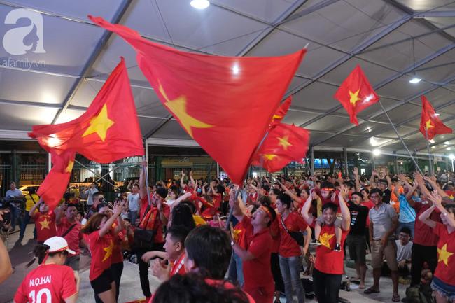 Hàng ngàn CĐV vỡ òa khi Duy Mạnh ghi bàn vào lưới Indonesia, Việt Nam dẫn trước 1-0 - Ảnh 5.
