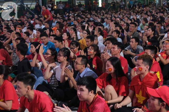 Hàng ngàn CĐV vỡ òa khi Duy Mạnh ghi bàn vào lưới Indonesia, Việt Nam dẫn trước 1-0 - Ảnh 4.