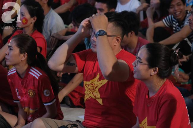 Hàng ngàn CĐV vỡ òa khi Duy Mạnh ghi bàn vào lưới Indonesia, Việt Nam dẫn trước 1-0 - Ảnh 3.