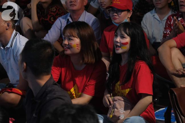 Hàng ngàn CĐV vỡ òa khi Duy Mạnh ghi bàn vào lưới Indonesia, Việt Nam dẫn trước 1-0 - Ảnh 2.