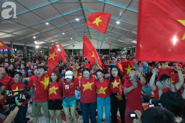 Hàng ngàn CĐV vỡ òa khi Duy Mạnh ghi bàn vào lưới Indonesia, Việt Nam dẫn trước 1-0 - Ảnh 1.