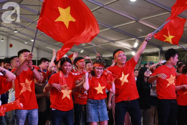 Thắng Indonesia 3-1, hàng ngàn CĐV Việt Nam hò reo, đổ ra đường ăn mừng chiến thắng thứ 2 liên tiếp tại vòng loại World Cup 2022 - Ảnh 1.