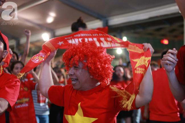 Thắng Indonesia 3-1, hàng ngàn CĐV Việt Nam hò reo, đổ ra đường ăn mừng chiến thắng thứ 2 liên tiếp tại vòng loại World Cup 2022 - Ảnh 2.
