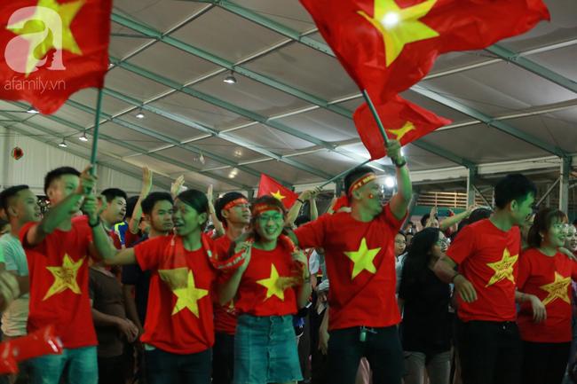Thắng Indonesia 3-1, hàng ngàn CĐV Việt Nam hò reo, đổ ra đường ăn mừng chiến thắng thứ 2 liên tiếp tại vòng loại World Cup 2022 - Ảnh 3.