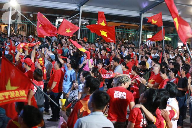 Thắng Indonesia 3-1, hàng ngàn CĐV Việt Nam hò reo, ôm nhau mừng chiến thắng thứ 2 liên tiếp tại vòng loại World Cup 2022 - Ảnh 1.