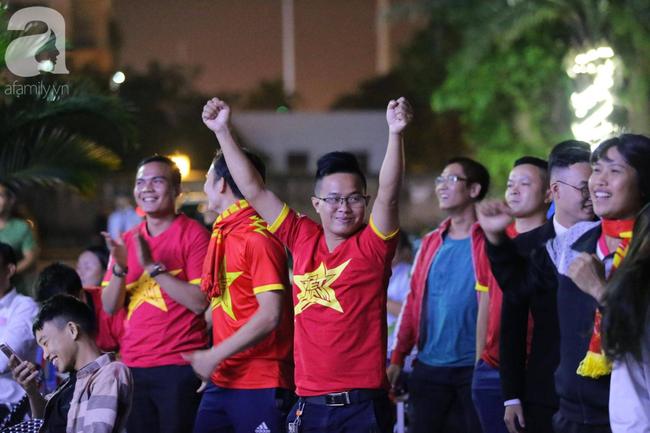 Thắng Indonesia 3-1, hàng ngàn CĐV Việt Nam hò reo, ôm nhau mừng chiến thắng thứ 2 liên tiếp tại vòng loại World Cup 2022 - Ảnh 2.