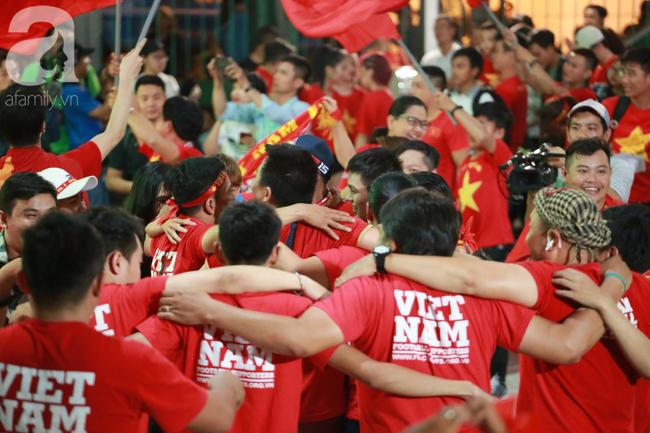 Thắng Indonesia 3-1, hàng ngàn CĐV Việt Nam hò reo, ôm nhau mừng chiến thắng thứ 2 liên tiếp tại vòng loại World Cup 2022 - Ảnh 3.