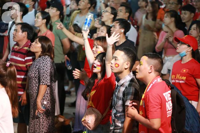 Thắng Indonesia 3-1, hàng ngàn CĐV Việt Nam hò reo, ôm nhau mừng chiến thắng thứ 2 liên tiếp tại vòng loại World Cup 2022 - Ảnh 7.