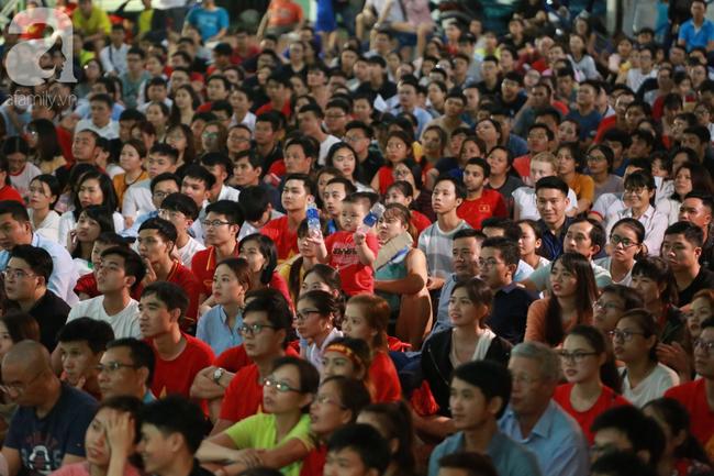 Thắng Indonesia 3-1, hàng ngàn CĐV Việt Nam hò reo, ôm nhau mừng chiến thắng thứ 2 liên tiếp tại vòng loại World Cup 2022 - Ảnh 8.