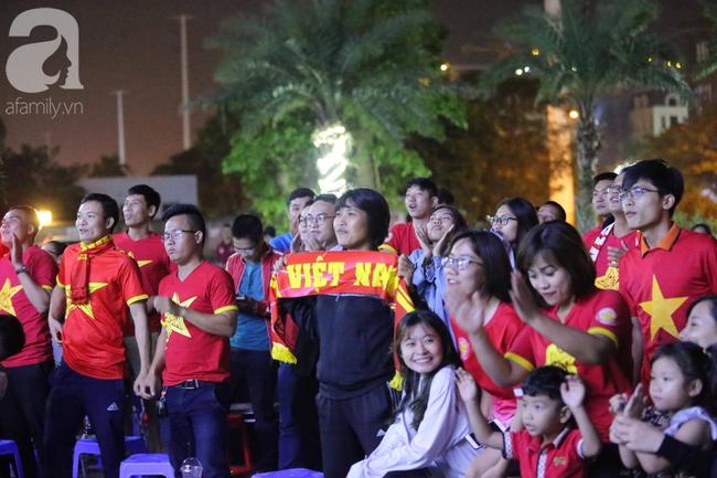 Thắng Indonesia 3-1, hàng ngàn CĐV Việt Nam hò reo, ôm nhau mừng chiến thắng thứ 2 liên tiếp tại vòng loại World Cup 2022 - Ảnh 9.
