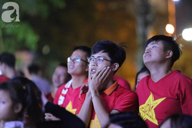 Thắng Indonesia 3-1, hàng ngàn CĐV Việt Nam hò reo, ôm nhau mừng chiến thắng thứ 2 liên tiếp tại vòng loại World Cup 2022 - Ảnh 10.