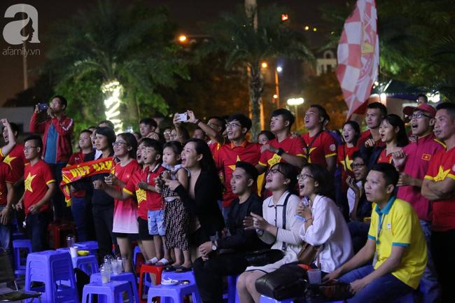 Thắng Indonesia 3-1, hàng ngàn CĐV Việt Nam hò reo, ôm nhau mừng chiến thắng thứ 2 liên tiếp tại vòng loại World Cup 2022 - Ảnh 11.