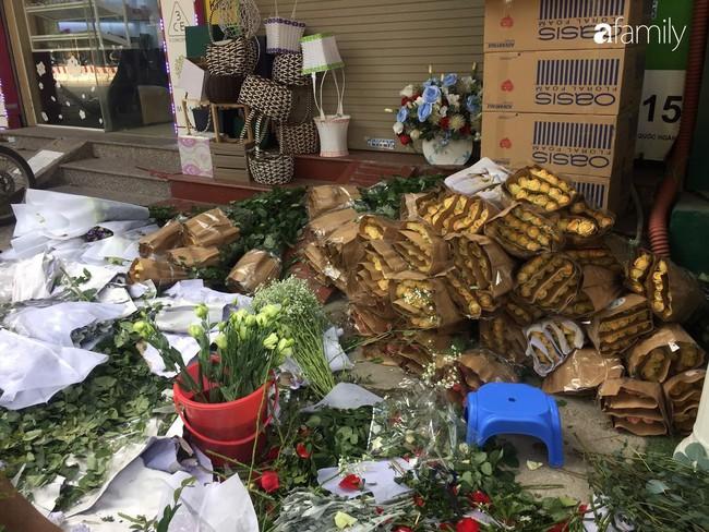 Các cửa hàng hoa tấp nập buôn bán không đủ giao cho khách, giá hoa tươi tặng chị em tăng mạnh vào sát ngày Phụ nữ Việt Nam 20/10 - Ảnh 9.
