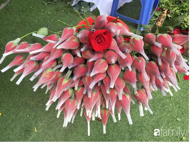 Các cửa hàng hoa tấp nập buôn bán không đủ giao cho khách, giá hoa tươi tặng chị em tăng mạnh vào sát ngày Phụ nữ Việt Nam 20/10 - Ảnh 4.