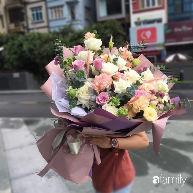 Các cửa hàng hoa tấp nập buôn bán không đủ giao cho khách, giá hoa tươi tặng chị em tăng mạnh vào sát ngày Phụ nữ Việt Nam 20/10 - Ảnh 6.