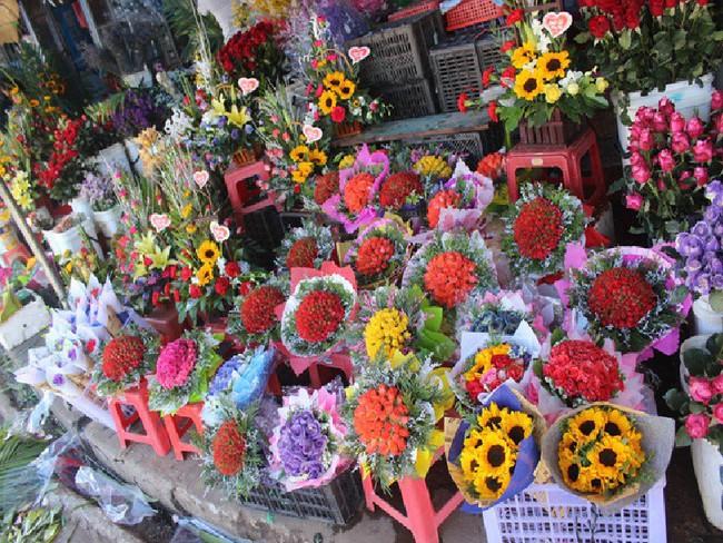 Các cửa hàng hoa tấp nập buôn bán không đủ giao cho khách, giá hoa tươi tặng chị em tăng mạnh vào sát ngày Phụ nữ Việt Nam 20/10 - Ảnh 1.