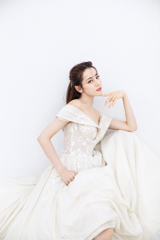 Vừa tung bộ ảnh mặc váy cưới, Địch Lệ Nhiệt Ba ngay lập tức bị nghi ngờ đang lên tiếng trước về chuyện tình cảm của mình - Ảnh 4.
