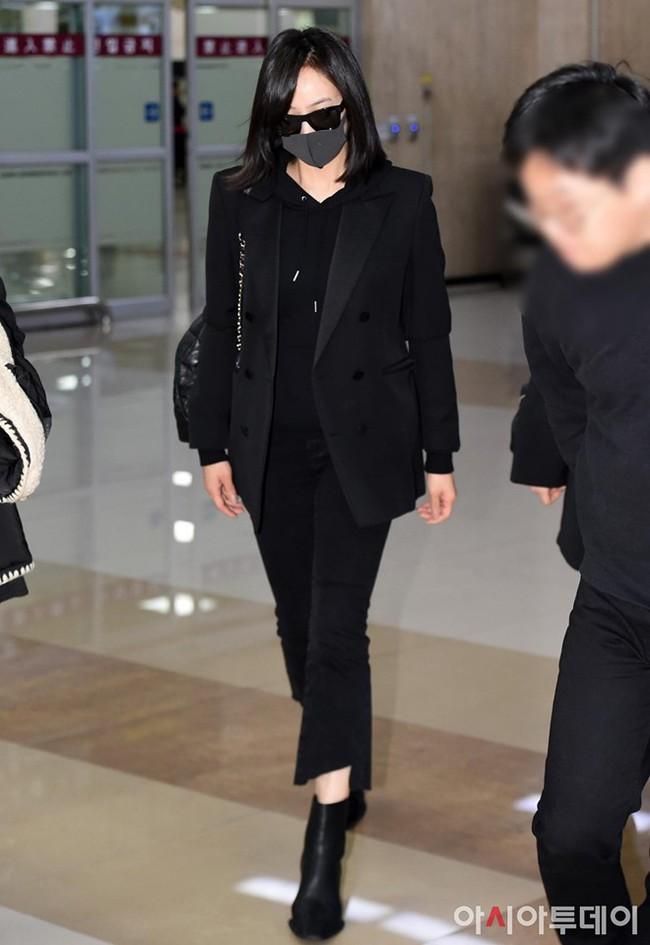 Sau Amber, cựu trưởng nhóm F(x) Victoria Song xuất hiện ở sân bay Hàn Quốc mặt cúi gằm buồn bã vì sự ra đi của Sulli - Ảnh 6.