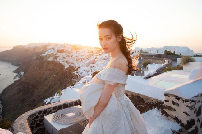 Vừa tung bộ ảnh mặc váy cưới, Địch Lệ Nhiệt Ba ngay lập tức bị nghi ngờ đang lên tiếng trước về chuyện tình cảm của mình - Ảnh 5.