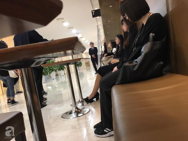 """Fan Việt của Sulli tại Hàn Quốc xót xa tới đưa tiễn thần tượng lần cuối: """"Đặt bông hoa cúc trắng xuống mà nước mắt rơi không ngừng""""  - Ảnh 3."""