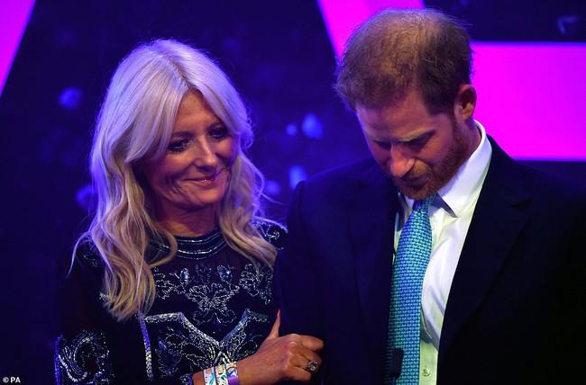 """Dự sự kiện cùng với vợ, Hoàng tử Harry suýt bật khóc khi nhắc đến Meghan Markle trong bài phát biểu của mình nhưng bị chê là """"giả tạo"""" - Ảnh 2."""