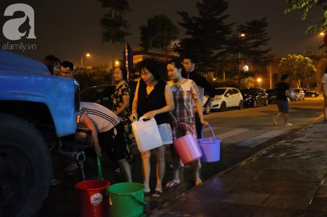 Trong 5 giờ nhận trên 2000 cuộc điện thoại xin hỗ trợ cấp nước, Công ty Nước sạch Hà Nội quá tải khi đâu đâu cũng cần nước - Ảnh 3.