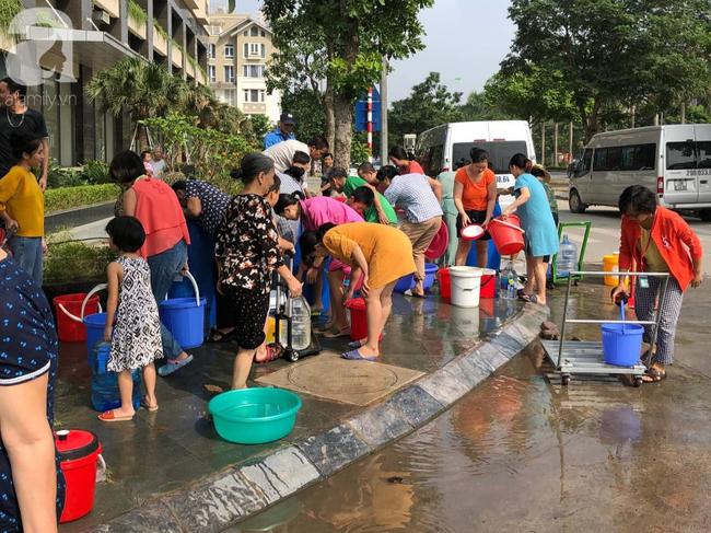 Trong 5 giờ nhận trên 2000 cuộc điện thoại xin hỗ trợ cấp nước, Công ty Nước sạch Hà Nội quá tải khi đâu đâu cũng cần nước - Ảnh 4.