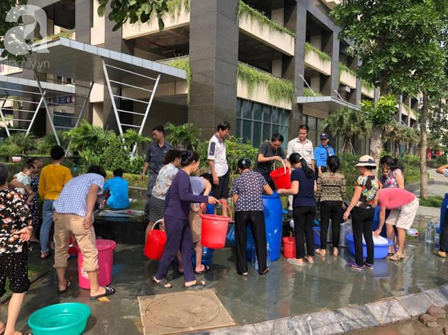 Trong 5 giờ nhận trên 2000 cuộc điện thoại xin hỗ trợ cấp nước, Công ty Nước sạch Hà Nội quá tải khi đâu đâu cũng cần nước - Ảnh 6.