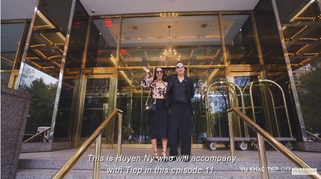 Không đi cùng Ngọc Trinh, clip mới nhất của Vũ Khắc Tiệp khám phá khách sạn Trump nổi bật có người đẹp này - Ảnh 3.