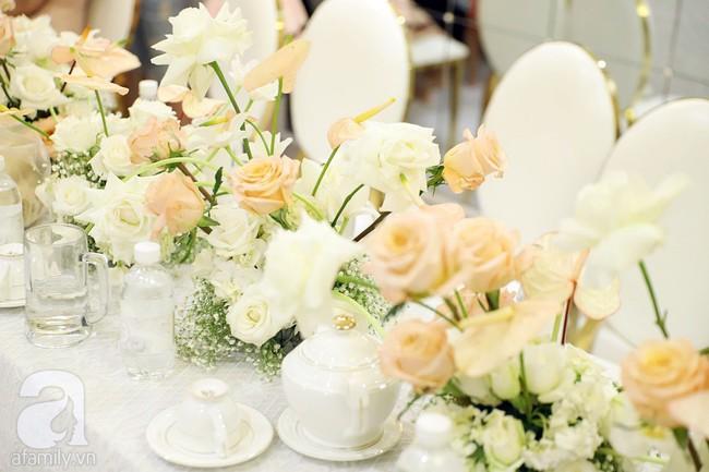 Lễ ăn hỏi của Giang Hồng Ngọc tại nhà riêng: Không gian trang nhã phủ đầy hoa tươi, cô dâu xinh đẹp vừa dịu dàng vừa gợi cảm - Ảnh 10.