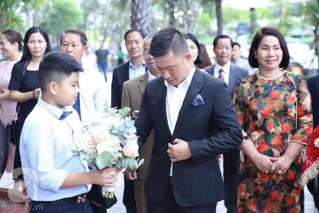Lễ ăn hỏi của Giang Hồng Ngọc tại nhà riêng: Không gian trang nhã phủ đầy hoa tươi, cô dâu xinh đẹp vừa dịu dàng vừa gợi cảm - Ảnh 2.