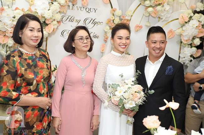Lễ ăn hỏi của Giang Hồng Ngọc tại nhà riêng: Không gian trang nhã phủ đầy hoa tươi, cô dâu xinh đẹp vừa dịu dàng vừa gợi cảm - Ảnh 6.