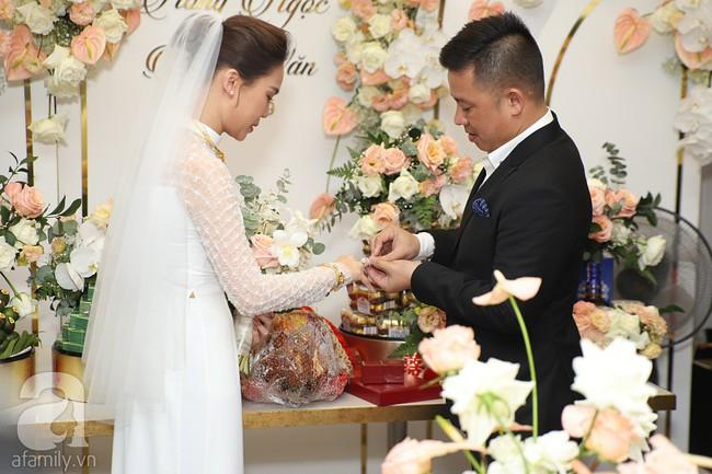 Lễ ăn hỏi của Giang Hồng Ngọc tại nhà riêng: Không gian trang nhã phủ đầy hoa tươi, cô dâu xinh đẹp vừa dịu dàng vừa gợi cảm - Ảnh 11.