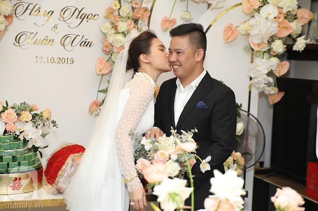 Lễ ăn hỏi của Giang Hồng Ngọc tại nhà riêng: Không gian trang nhã phủ đầy hoa tươi, cô dâu xinh đẹp vừa dịu dàng vừa gợi cảm - Ảnh 13.