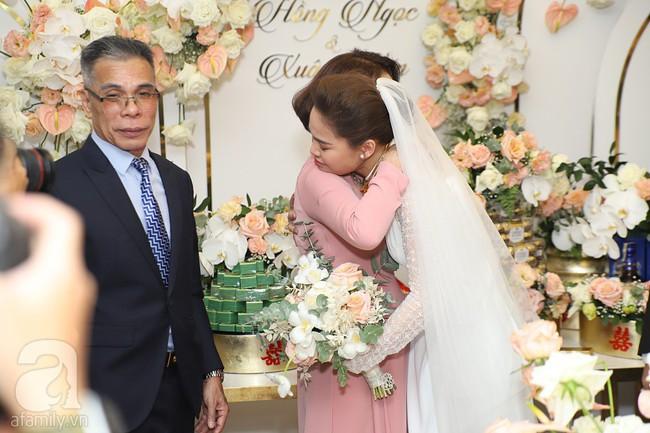 Lễ ăn hỏi của Giang Hồng Ngọc tại nhà riêng: Không gian trang nhã phủ đầy hoa tươi, cô dâu xinh đẹp vừa dịu dàng vừa gợi cảm - Ảnh 15.