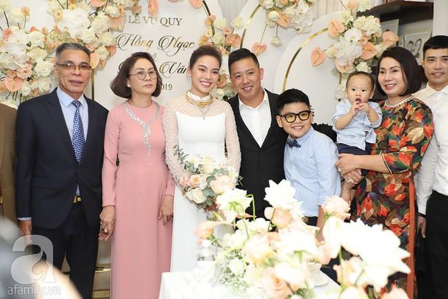Lễ ăn hỏi của Giang Hồng Ngọc tại nhà riêng: Không gian trang nhã phủ đầy hoa tươi, cô dâu xinh đẹp vừa dịu dàng vừa gợi cảm - Ảnh 16.