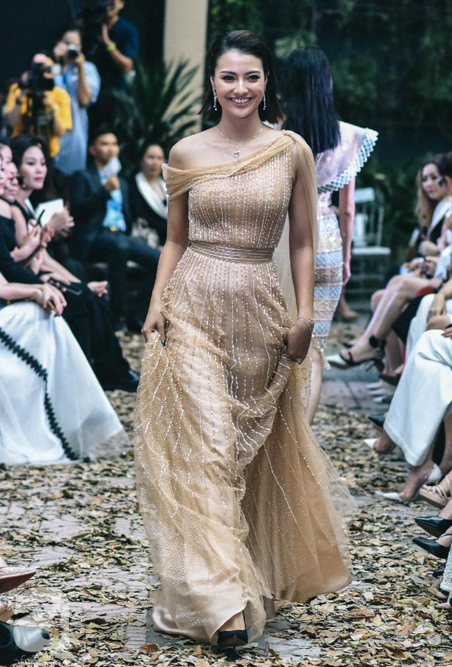 Vẫn là chồng thương và hiểu vợ nhất, MC Phương Mai bụng bầu 8 tháng vẫn được chồng tháp tùng đi diễn thời trang - Ảnh 8.