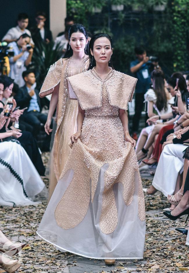 Vẫn là chồng thương và hiểu vợ nhất, MC Phương Mai bụng bầu 8 tháng vẫn được chồng tháp tùng đi diễn thời trang - Ảnh 9.