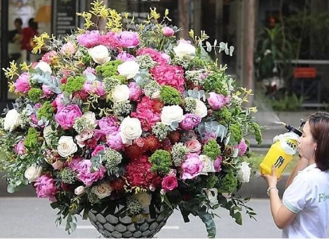Đây là 7 bình/lẵng hoa đắt khủng khiếp trong ngày 20/10 mà nhiều chị em đang mơ ước được tặng - Ảnh 1.