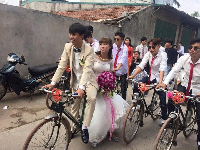 """Màn rước dâu """"cồng kềnh"""" nhất là đây: Mang cả ghế salon đặt lên xe hoa để đưa vợ về nhà tại Nghệ An! - Ảnh 4."""