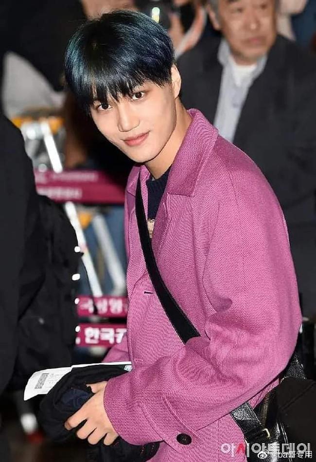 Giữa lúc người người vẫn còn thương tiếc trước sự ra đi của Sulli, Kai (EXO) bị chỉ trích vì không những mặc đồ màu hồng còn tươi cười   - Ảnh 1.