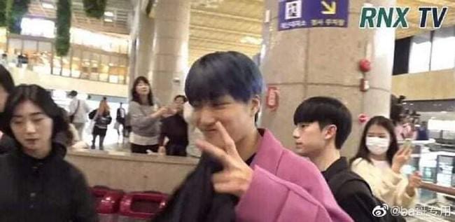 Giữa lúc người người vẫn còn thương tiếc trước sự ra đi của Sulli, Kai (EXO) bị chỉ trích vì không những mặc đồ màu hồng còn tươi cười   - Ảnh 2.