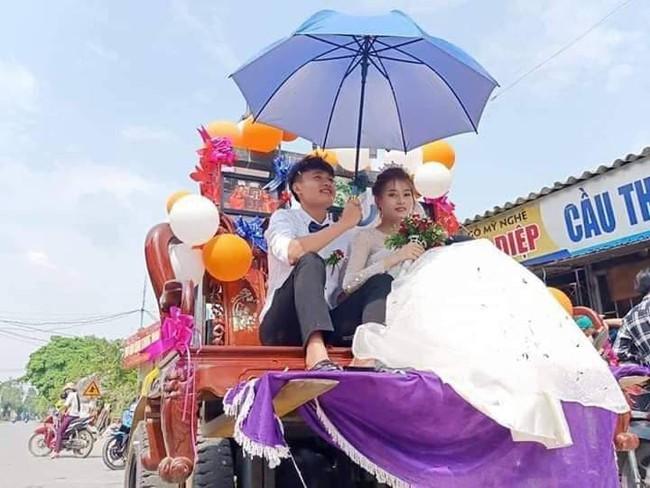 """Màn rước dâu """"cồng kềnh"""" nhất là đây: Mang cả ghế salon đặt lên xe hoa để đưa vợ về nhà tại Nghệ An! - Ảnh 1."""