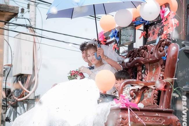 """Màn rước dâu """"cồng kềnh"""" nhất là đây: Mang cả ghế salon đặt lên xe hoa để đưa vợ về nhà tại Nghệ An! - Ảnh 2."""