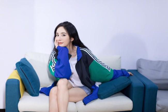 Angelababy - Dương Mịch cùng diện đồ đôi, chứng minh tình chị em thân thiết giữa Cbiz thị phi - Ảnh 2.